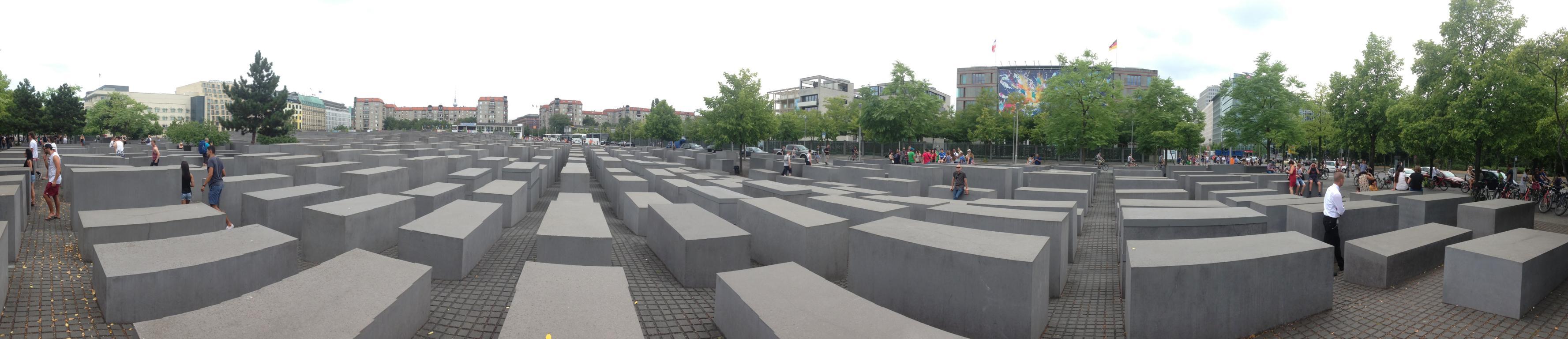 Ein weiter Blick über das beeindruckende Mahnmal, das an die sechs Millionen in Europa ermordeten Juden erinnern soll. Links im Hintergrund ist die amerikanische Botschaft zu sehn.